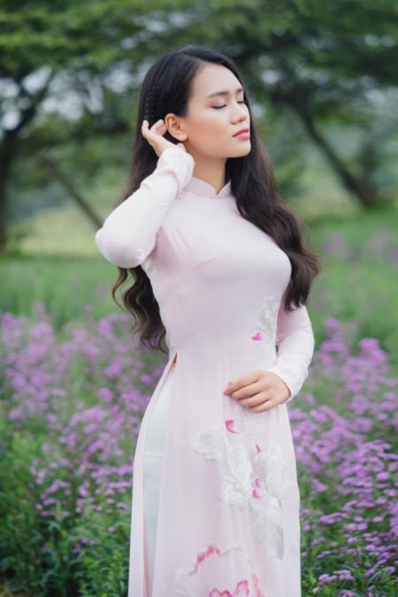 [Caption]Chia sẻ trên trang cá nhân, Linh Chi gửi lời cảm ơn tới Hoa hậu Đặng Ngọc Hân khi đã tư vấn chọn áo dài trắng trên nền hoa sen màu hồng. 9X tỏ ra khá ưng ý và cũng nhận được nhiều lời khen ngợi khi diện bộ áo dài này.