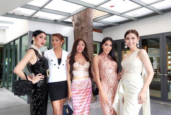 Julie Vu (thứ 4 từ trái sang) với nhan sắc nổi bật, thân hình quyến rũ và nhiều tài lẻ được đánh giá là một trong những ứng cử viên hàng đầu cho ngôi vị hoa hậu.