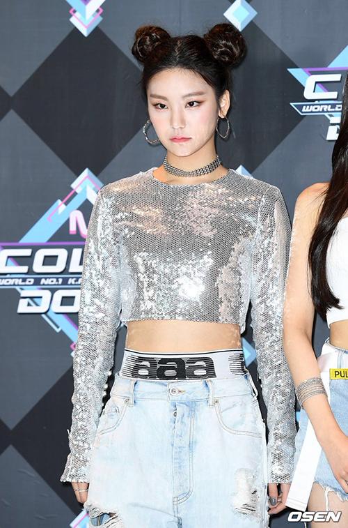 Yeji mắc lỗi trang điểm đánh phấn sáng quá tay, mặt trắng so với cổ và tán không đều. Đây là lỗi make up khá thường gặp của các idol.