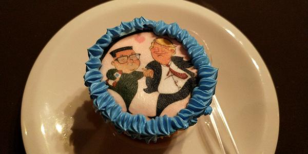 Hình ảnh hai nhà lãnh đạo bắt tay trên bánh cup-cake.