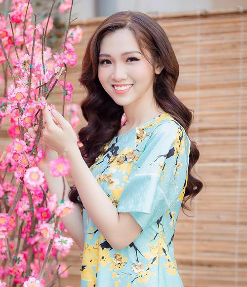 Phấn son không quá dày giúp Nhật Hà tôn lên những đường nét xinh đẹp sẵn có như gương mặt nhỏ nhắn, khuôn miệng cười tươi tắn.