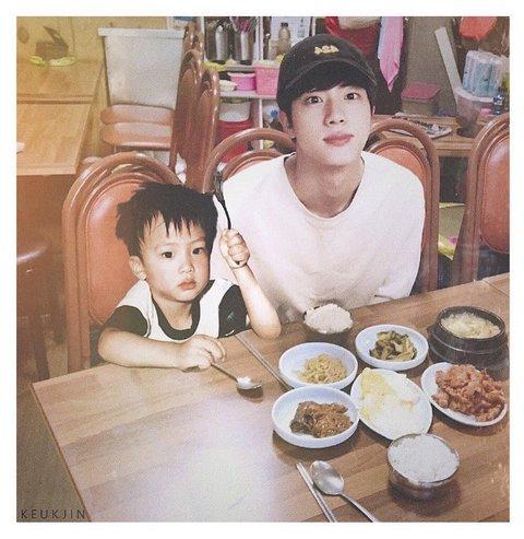 Ngắm nhìn bức ảnh ghép Jin ngày ấy - bây giờ,người hâm mộ lại càng thêm khẳng định hơn về đẳng cấp trai đẹp toàn cầu của anh chàng.