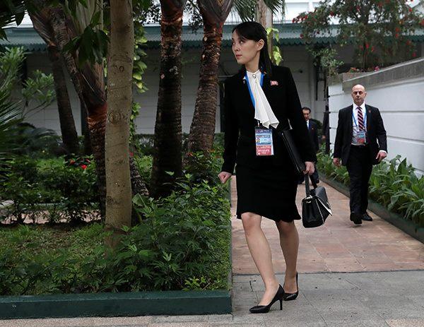 Trong chuyến công tác cùng anh trai ở Hà Nội nhân Hội nghị Thượng đỉnh Mỹ - Triều, Kim Yo-jong thường diện vest đen kết hợp cùng sơ mi diềm bèo ở cổ. Đi kèm là giày gót cao 5 cm cùng túi xách tay, tạo hình ảnh thanh lịch và rất quyền lực. Đây cũng là style phối đồ công sở được ưa chuộng ở các nước châu Á.