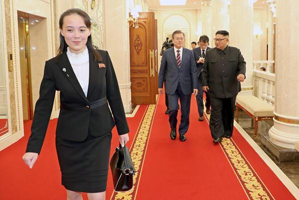 Các kiểu sơ mi mà Kim Yo-jong mặc thường có kiểu dáng khá điệu, không hề cứng nhắc.