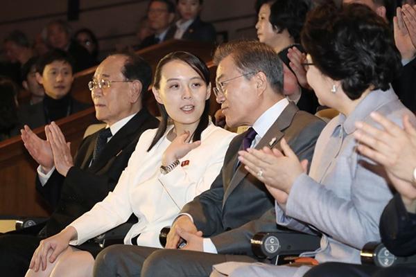 Các kiểu áo khoác cổ vuông cũng chứng minh cách ăn mặc hợp mốt của Kim Yo-jong.