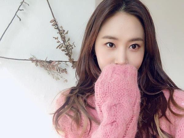 Bức ảnh gây hoang mang nhất Instagram của Yuri hôm nay: Cô nàng khiến fan nhầm lẫn với Jessica, Krystal và cả Hyo Min khi dùng tay áo che miệng.
