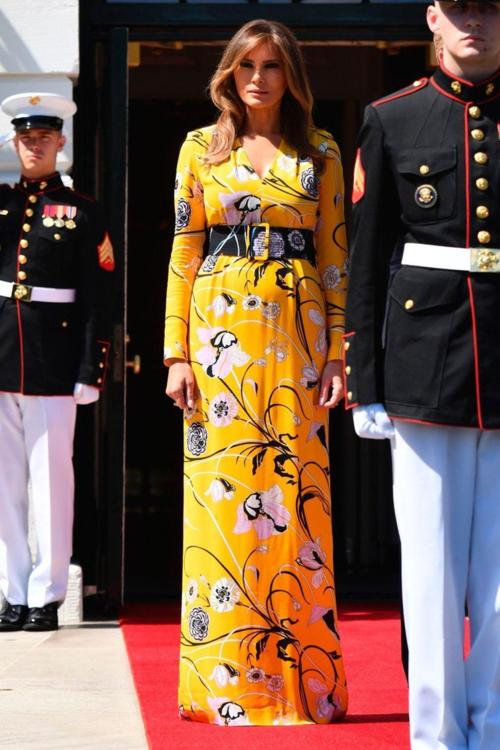 Váy hoa maxi của Emilio Pucci có giá hơn 50 triệu đồng mà Melania Trump diện được các chuyên gia thời trang nhận xét là sự phá cách trong phong cách của cựu người mẫu.