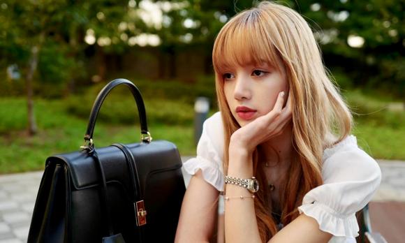 Vì bận concert của Black Pink, cô nàng không thể đến sự Paris Fashion Week.