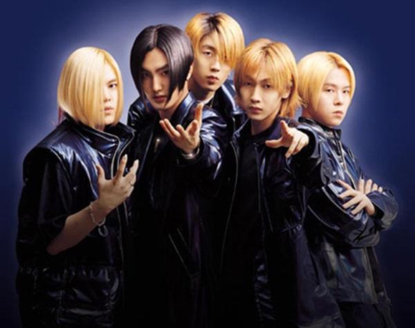 H.O.T thành lập năm 1996 với 5 thành viên, là boygroup mở đầu cho đế chế thần tượng của SM. Đây là nhóm mở đầu cho những khái niệm thuộc văn hóa fandom Kpop như màu bóng, fanclub, fanmeeting, fanfic...  Ở thời kỳ đất nước suy thoái kinh tế, H.O.T vẫn đạt được kỷ lục khi trở thành nghệ sĩ Hàn đầu tiên cán mốc doanh số triệu bản album. Bộ phim Reply 1997 từng nhắc về huyền thoại này như một phần không thể thiếu của đời sống thanh thiếu niên bấy giờ.