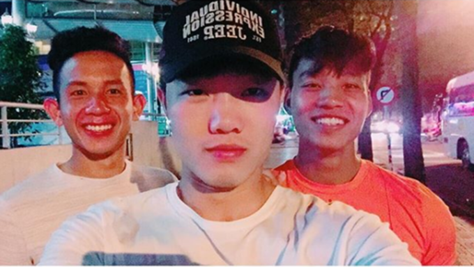 """<p> """"Seo-phi"""" cùng Hồng Duy và Văn Thanh nhưng cũng không rời xa được chiếc mũ.</p>"""