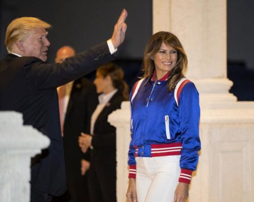 Thi thoảng, Melania Trump cũng thay đổi hình tượng với phong cách năng động. Bà diện bomber jacket của Amiri có giá 20 triệu đồng cùng quần skinny ôm sát cơ thể.