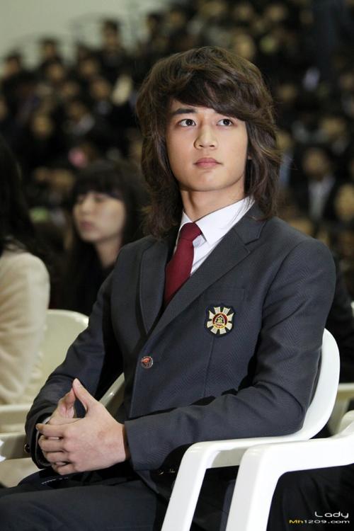 ...thực ra lại là... Choi Min Ho (SHINee).