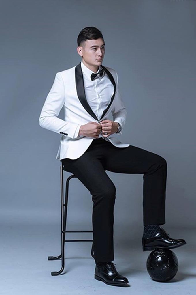 <p> Sở hữu chiều cao 1,88 m, ít có kiểu trang phục nào làm khó được Văn Lâm. Anh chàng vô cùng bảnh bao khi diện vest. Công Phượng khen Văn Lâm là người có gu thời trang đẹp nhất đội tuyển Quốc gia.</p>