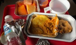 Hành khách 'chết lặng' khi thấy chiếc răng trong suất ăn trên máy bay