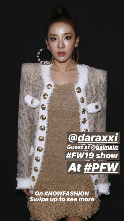 Sáng 1/3, Dara xuất hiện trên hàng ghế đầu show Balmain. Trong thời còn hoạt động với 2NE1, đây là thương hiệu yêu thích của các cô gái YG. Dara luôn được nhãn hàng ưu ái, mời tham dự các tuần lễ thời trang.