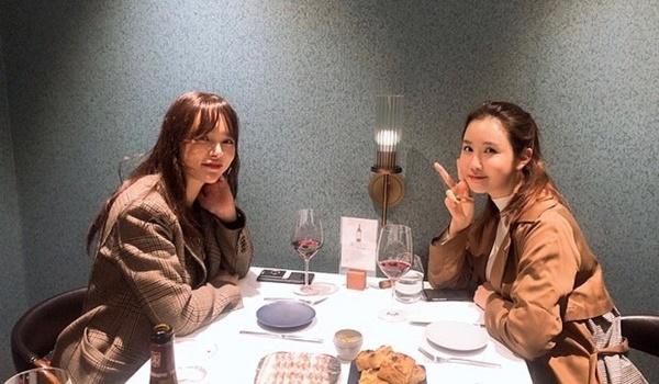 Lee Da Hae đi ăn tối cùng Park Shi Yeon. Hai nữ diễn viên có mối quan hệ thân thiết từ hồi đóng My Girl năm 2005.