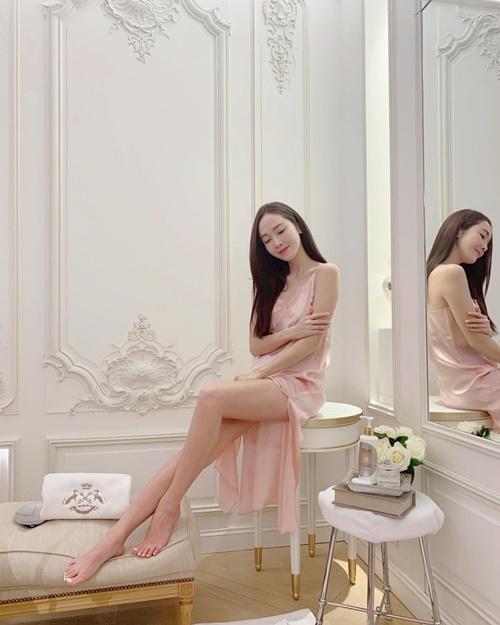 Jessica quyến rũ trong chiếc váy hai dây mỏng manh, khoe cặp chân thon nuột khi quay chụp quảng cáo.