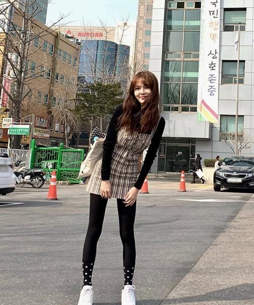 Ji Min (AOA) xinh tươi dạo phố. Cô nàng chứng minh cho fan thấy mình đang khỏe mạnh và yêu đời, không hề có vấn đề gì về cân nặng.