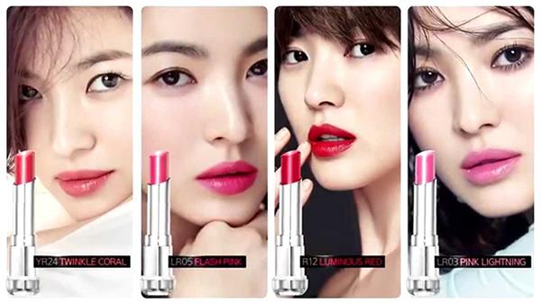 Sở hữu đôi môi đầy đặn, Song Hye Kyo phù hợp với mọi màu son khác nhau. Đây cũng là lý do cô liên tục được các thương hiệu mỹ phẩm tin tưởng.