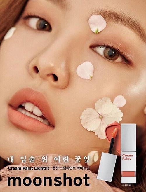 Jennie cũng có nhan sắc đặc biệt với đôi môi đầy đặn nên được nhiều hãng khác nhau mời hợp tác.