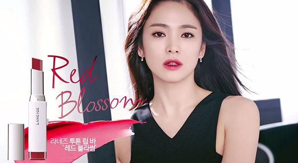 Nhờ sự lăng xê nhiệt tình của Song Hye Kyo, rất nhiều cây son trở thành xu hướng được các cô gái yêu thích suốt nhiều năm liền.