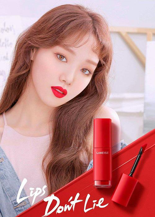 Với kinh nghiệm lâu năm trong lĩnh vực người mẫu trước khi bước sang địa hạt diễn xuất, Lee Sung Kyung không khó để truyền tải tinh thần của các thương hiệu mỹ phẩm trong những bức hình quảng cáo.