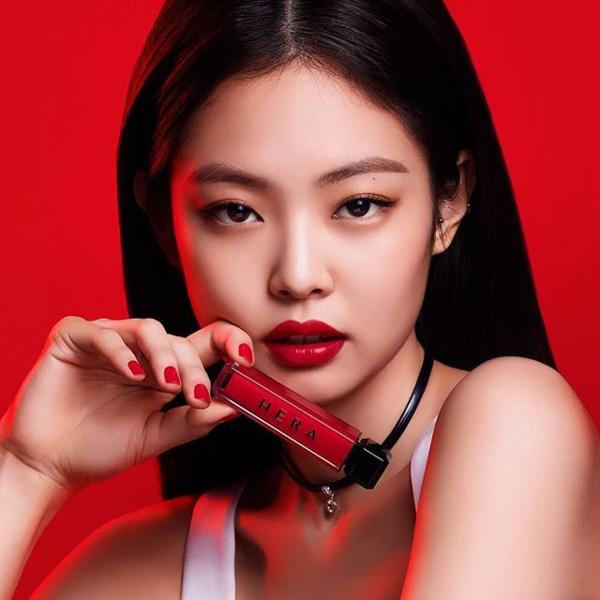 Được mệnh danh như idol sang chảnh, Jennie cũng được lòng nhiều thương hiệu son môi. Cô công chúa của nhà YG luôn mang đến thần thái đẳng cấp trong những bức ảnh quảng cáo.