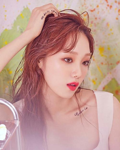 Lee Sung Kyung vốn sở hữu đôi môi hình trái tim đầy đặn rất thu hút nên thích hợp để quảng cáo son môi. Nhan sắc trẻ trung cũng giúp cô nàng thay đổi biểu cảm rất ngọt, từ sang chảnh...