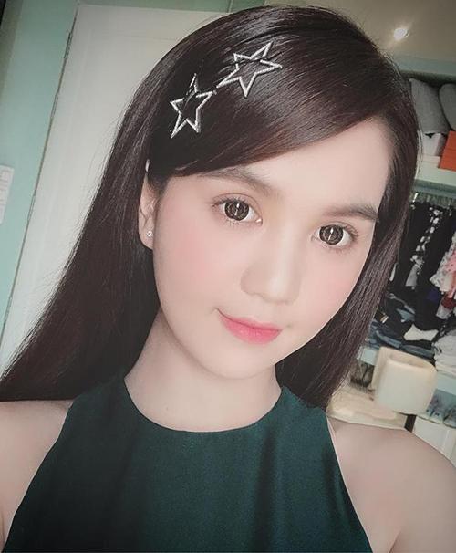 Người đẹp sở hữu một bộ sưu tập kẹp tóc nhiều kiểu dáng, màu sắc để dùng khi đi sự kiện, tăng vẻ ngây thơ cho gương mặt.
