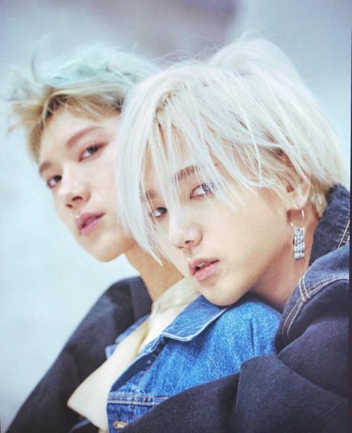 Ở góc chụp nghiêng, Ye Sung (Super Junior) và Ten (EXO)như anh em thất lạc với đường nét mắt, mũi miệng tương đồng.