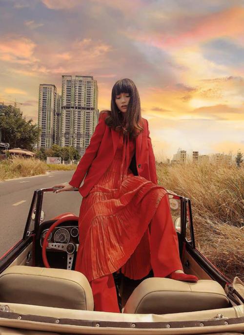 Hương Giang hóa quý cô cổ điển với set đồ gam màu đỏ chói lọi.