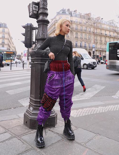 Lần đầu tiên tham dự Paris Fashion Week, Quỳnh Anh Shyn đầu tư cho vẻ ngoài. Cô nàng thu hút sự chú ý với những trang phục độc đáo không phải ai cũng dám mặc. Gây tranh cãi nhất phải kể đến mốt quần hai cạp được cô nàng mang xuống phố.