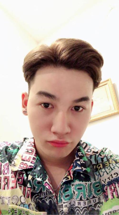 Ali Hoàng Dương biểu cảm nhí nhảnh khi livestream cùng người hâm mộ.