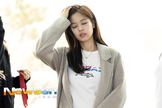 Chỉ một hành động đứng ôm đầu vuốt tóc của Jennie...