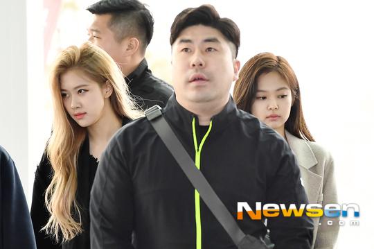 Không ít người cảm thấy khó chịu trước việc Jennie luôn có biểu cảm chán nản trước ống kính phóng viên.