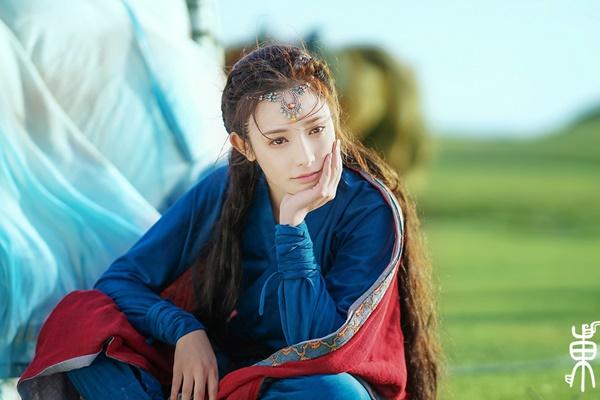 Trong bộ phim đang hot Đông Cung, Bành Tiểu Nhiễm đóng nữ chính Tiểu Phong - Cửu công chúa Tây Châu. Đây cũng là vai chính đầu tiên trong sự nghiệp của nữ diễn viên sinh năm 1990.