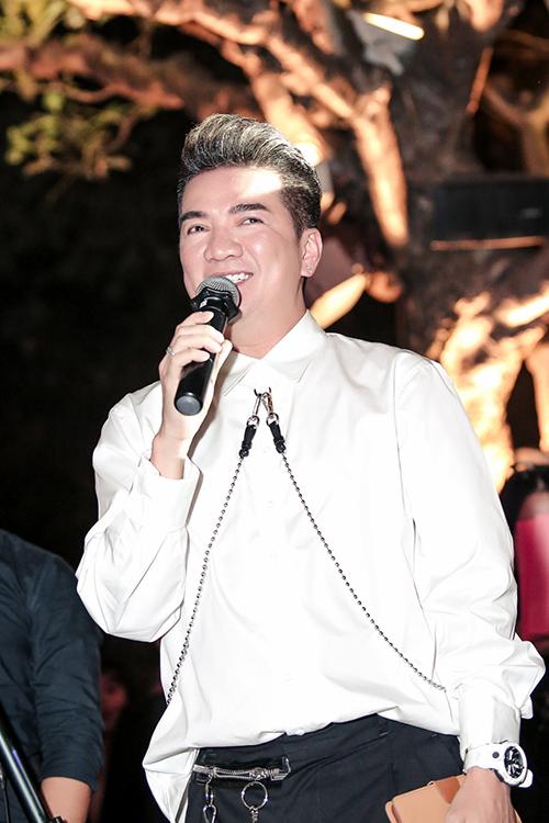 Đàm Vĩnh Hưng - người anh thân thiết với Hồ Ngọc Hà xuất hiện trẻ trung để chúc mừng.