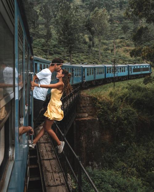 Cặp blogger đu người ra ngoài khi tàu hỏa đang chạy.
