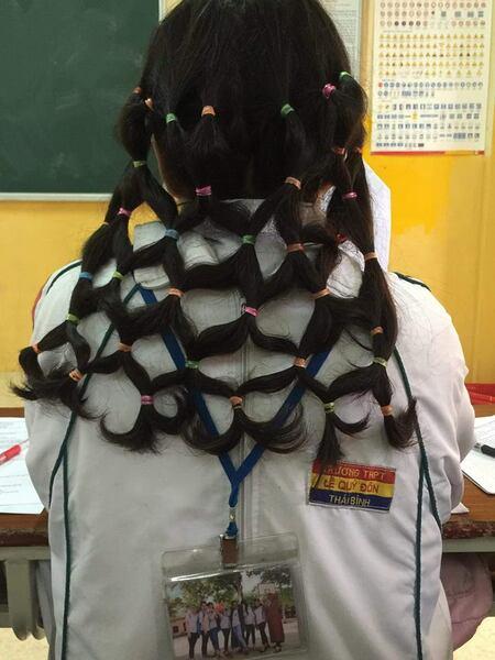 Nhân một tiết học trống và màn tết tóc lưới bắt trend ra đời.