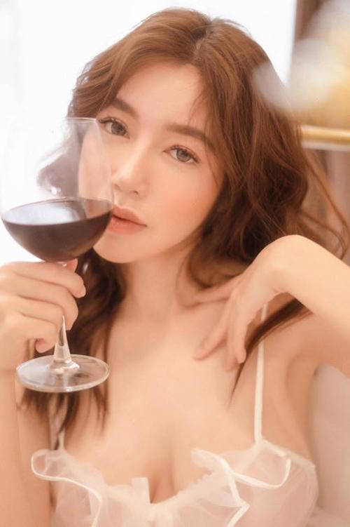 Elly Trần đẹp mơ màng như thiếu nữ trong tranh.