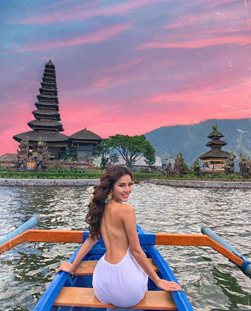 Phương Trinh Jolie khoe lưng trần ở đảo Bali.