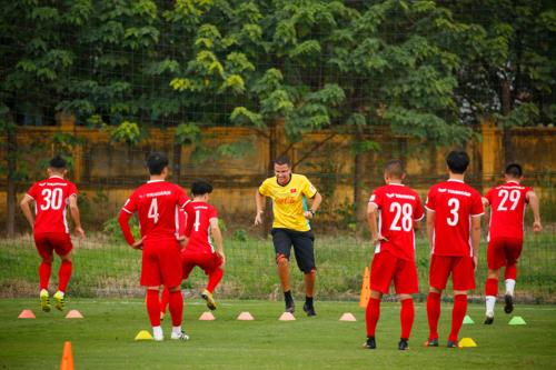 Ông Fonseca trên sân tập cùng các cầu thủ.