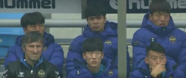 Công Phượng (hàng sau, ở giữa) ngồi hàng ghế dự bị theo dõi đồng đội thi đấu.