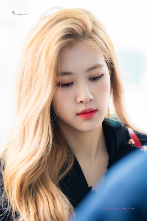 Thành viên Black Pink lọt top tìm kiếm khi ra sân bay chỉ nhờ thay đổi một chút mái tóc. Rosé nhuộm màu vàng, uốn xoăn và phần mái được hất lệch một cách tự nhiên, bay bổng.