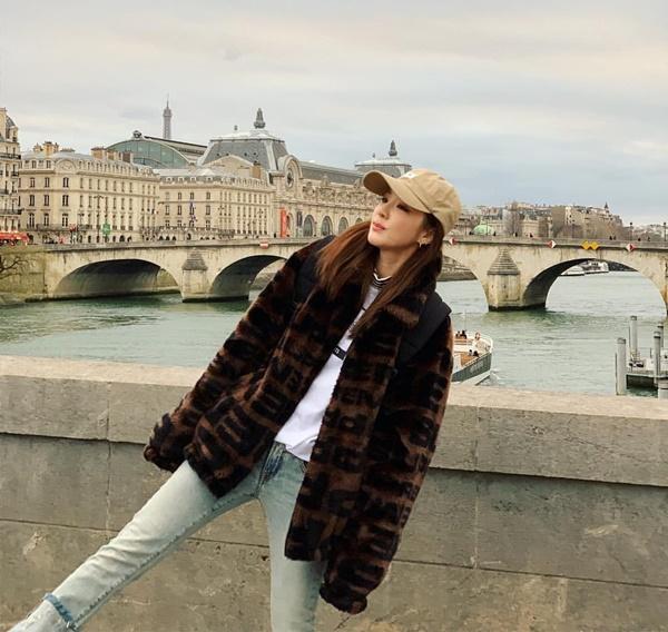 Dara khoe style đơn giản, trẻ trung khi dạo chơi Paris.