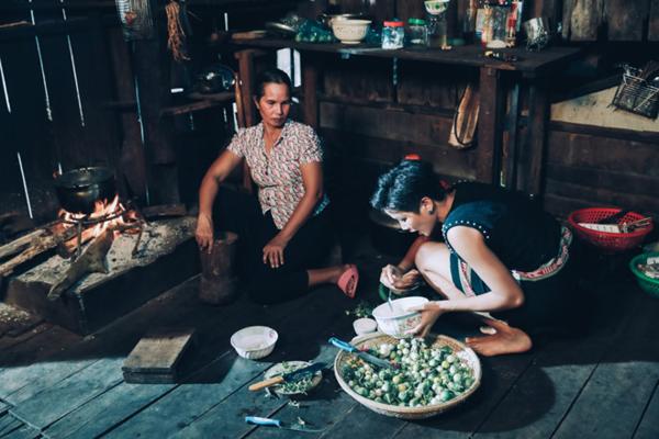 HHen Niê cùng mẹ trong căn bếp gia đình.