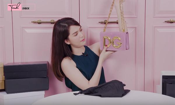 Nhiều nhất trong bộ sưu tập những món đồ mới sắm của Ngọc Trinh là túi xách. Cô nàng sắm kiểu dáng túi khá đa dạng, tuy nhiên hầu hết trong số đó đều có màu hồng - tông màu yêu thích nhất của Ngọc Trinh.