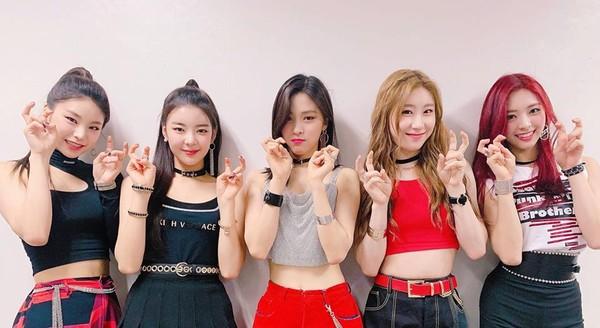 ITZY chụp ảnh ăn mừng chiến thắng tại SBS Inkigayo ngày 3/3 nhưng không có cúp kèm theo vì các cô gáiđã... làm vỡ cúp.
