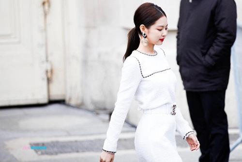 Jennie tiếp tục xuất hiện trong show diễn của Chanel ở Paris Fashion Week. Thành viên Black Pink được ca ngợi có thần thái cực kỳ hợp với Chanel, được biệt là set đồ trắng mà nữ ca sĩ mặc ở sự kiện.