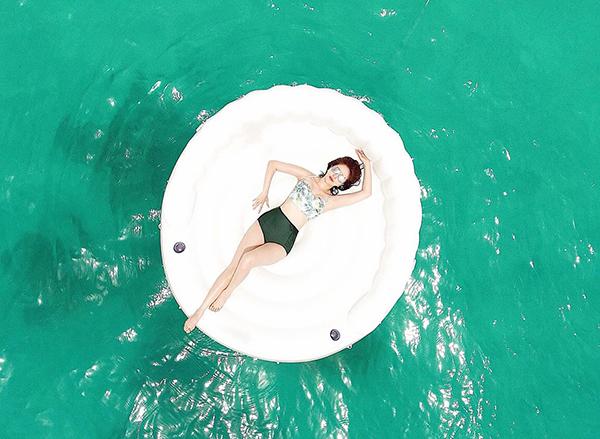 Bảo Thy khiến fan thích thú với bức ảnh thả dáng trên biển rất ảo diệu.